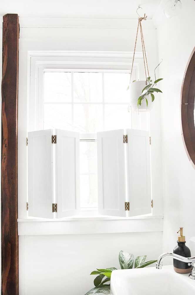 E que tal esse modelo de janela para banheiro super charmoso e com um toque retrô irresistível?