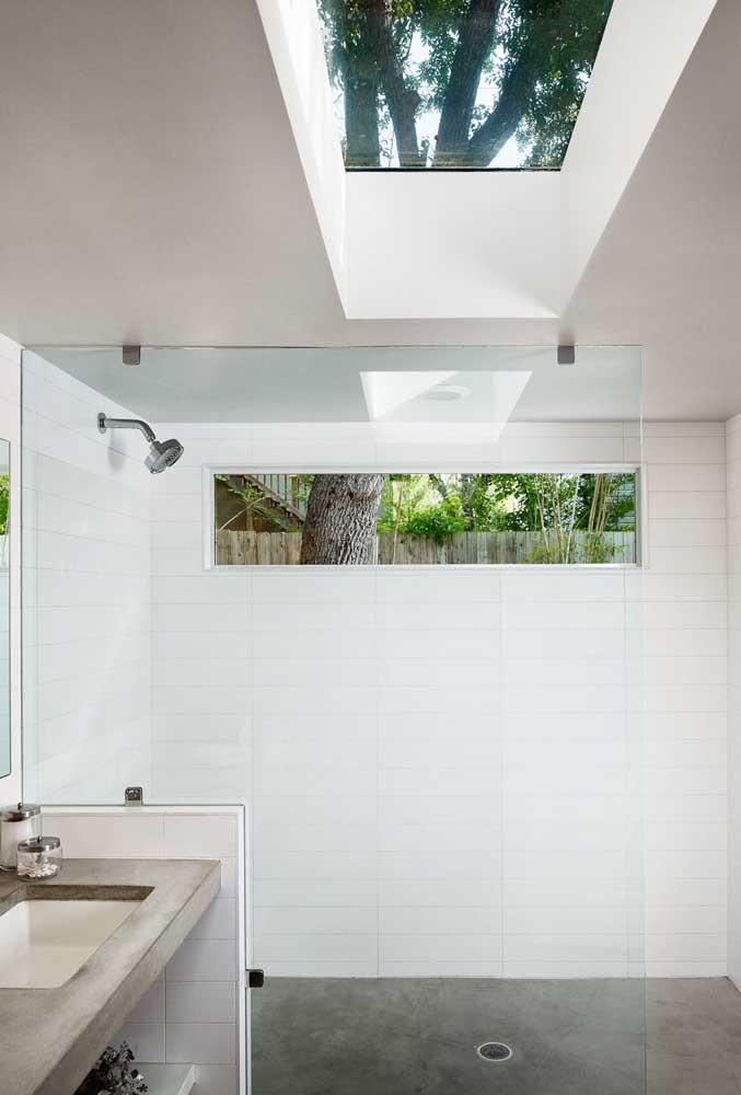 E se a janela do banheiro não for suficiente, aposte no uso de uma claraboia