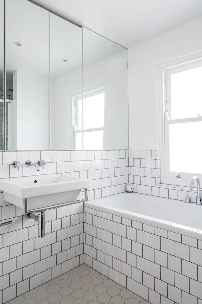 Janela guilhotina de madeira branca para o banheiro de estilo retrô