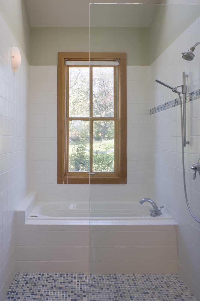 Janela basculante de madeira para o banheiro pequeno