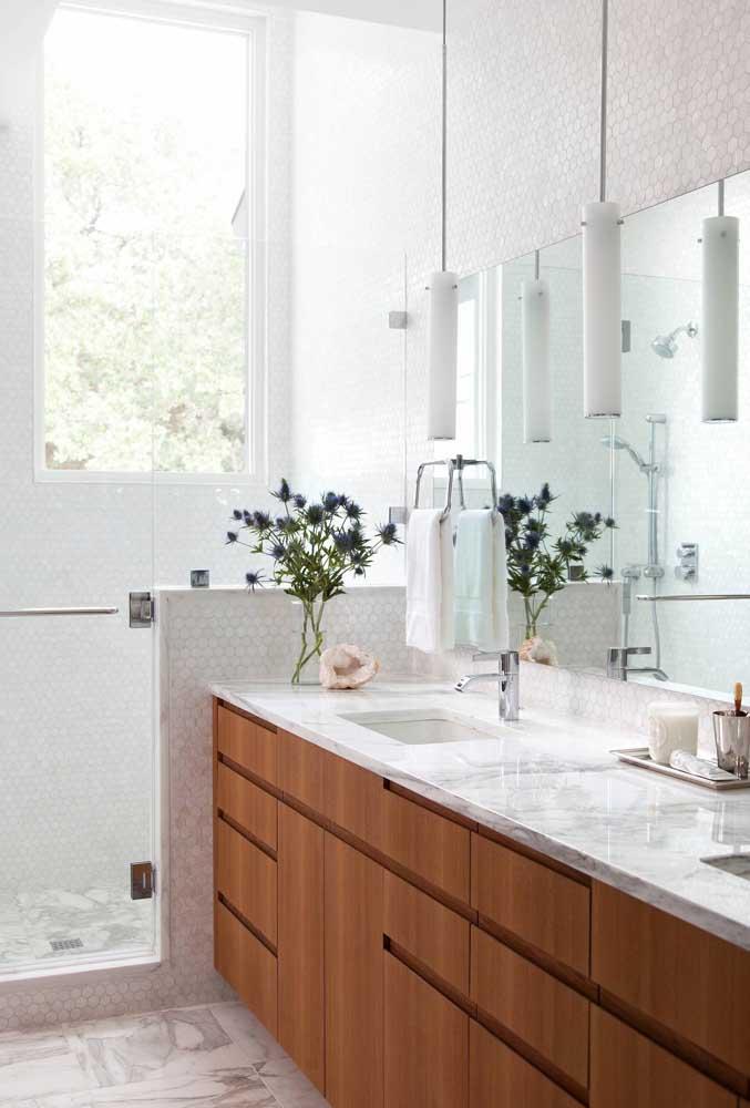 Na área do box, a janela traz iluminação e permite a ventilação adequada para o banheiro