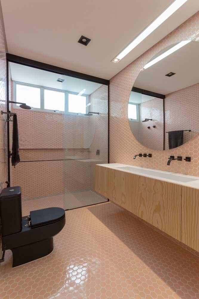 Um trio de janelas basculantes para esse outro banheiro. Iluminação e ventilação garantidas