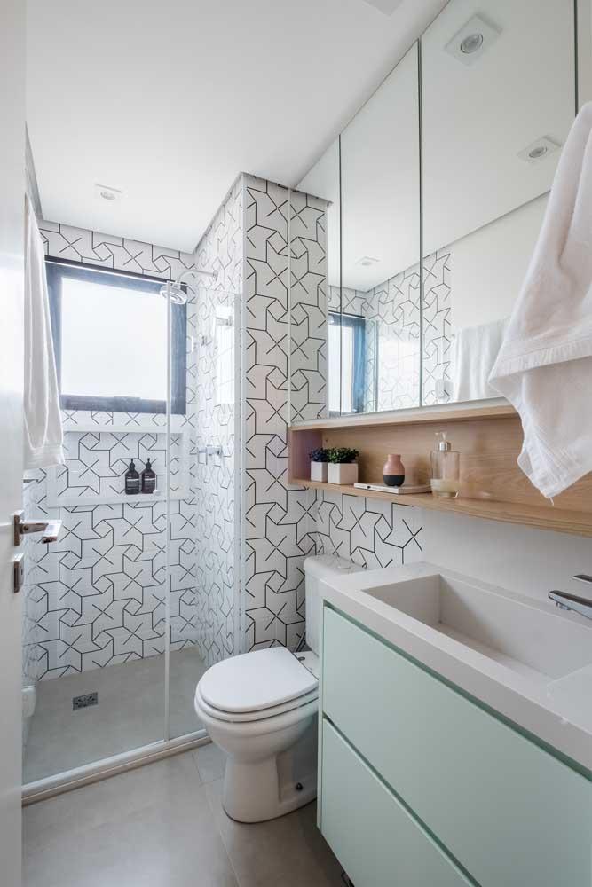 A janela de alumínio preto se destaca nesse banheiro pequeno