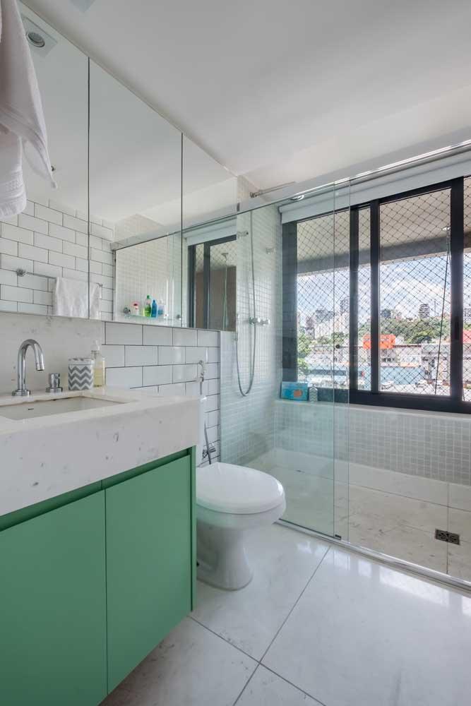 Banheiro grande de apartamento com janela de correr