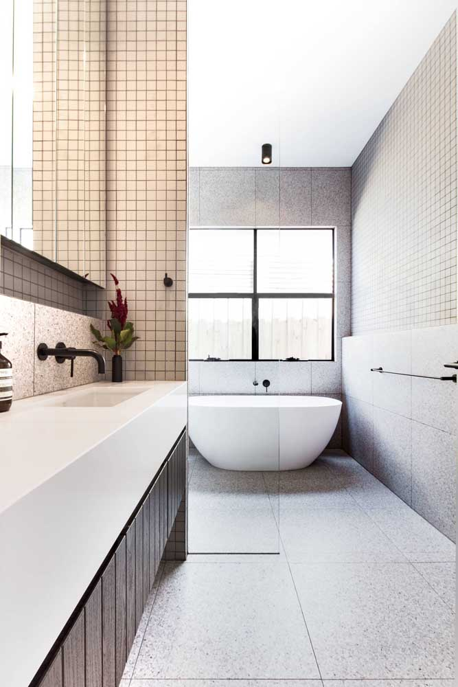 Mesmo lá na ponta final do banheiro, a janela grande consegue dar conta de iluminar todo o banheiro