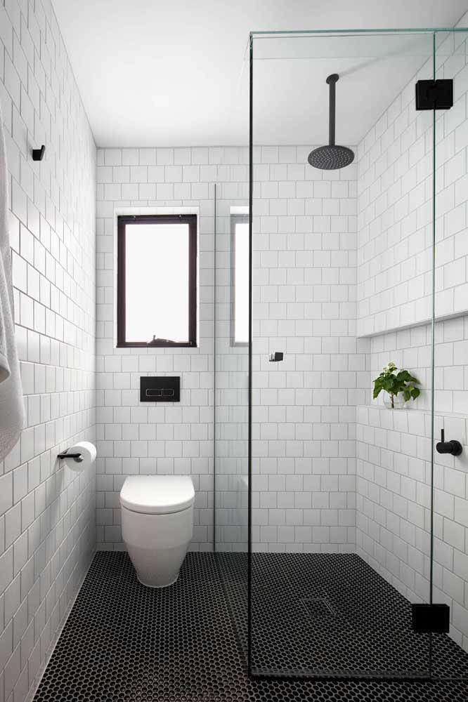 Janela basculante para o banheiro pequeno instalada entre o box e o vaso sanitário