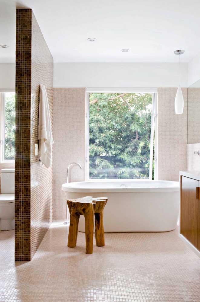 Nesse banheiro dividido em duas áreas, a janela grande basculante cuida da banheira, enquanto a janela menor fica junto do vaso sanitário