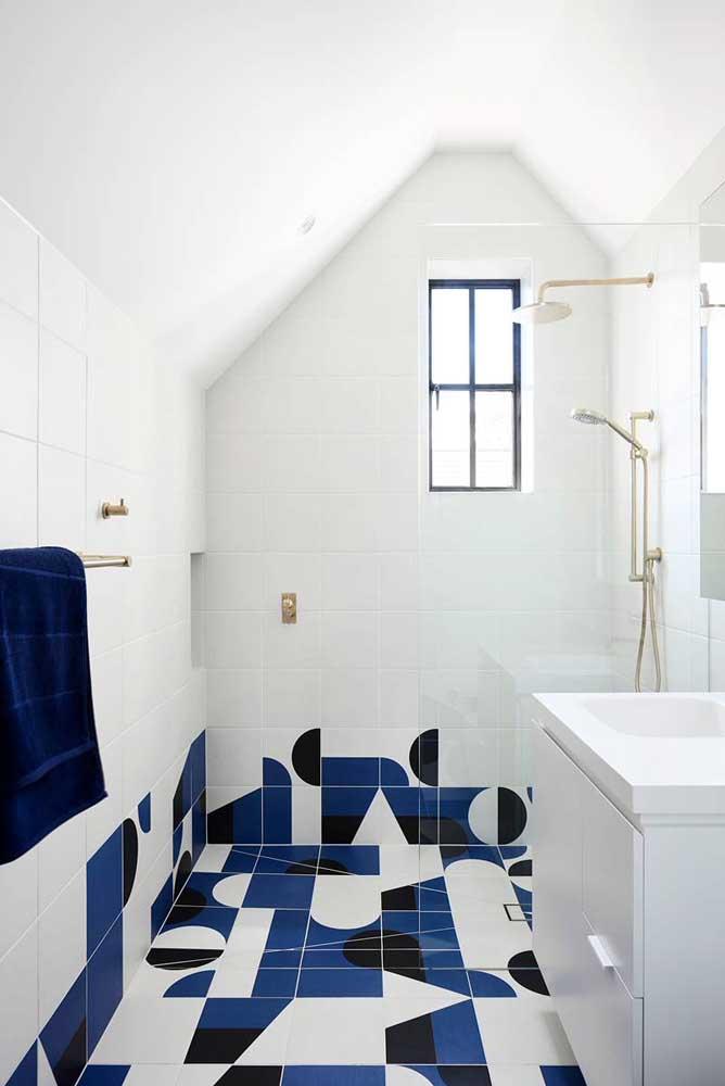 Uma janela pequena, mas esteticamente perfeita para esse banheiro
