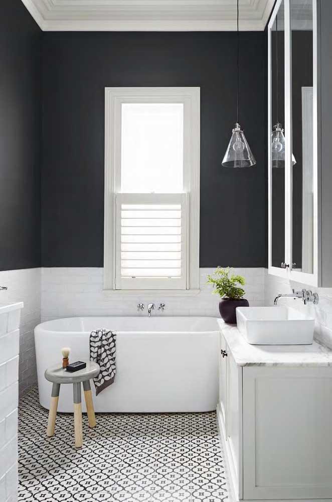 O banheiro com banheira apostou em uma janela grande do tipo guilhotina
