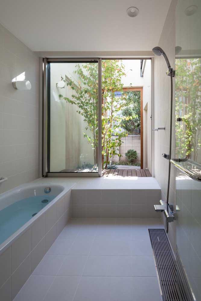 Que lindo projeto! A janela de correr direciona a visão para o jardim de inverno lá fora