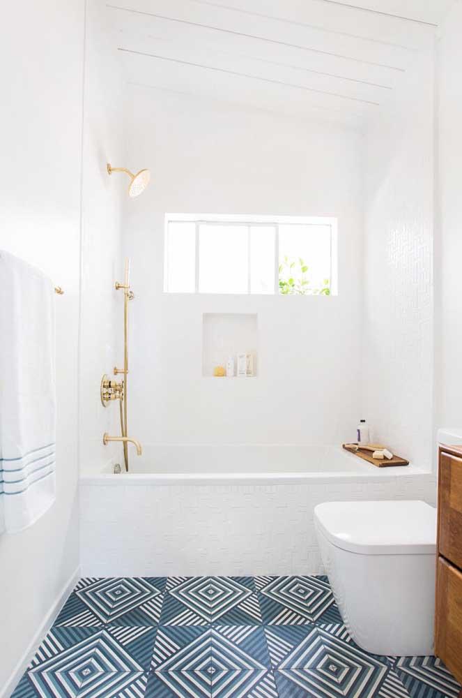 Na parte superior da parede, a janela de correr renova o ar e ilumina o banheiro
