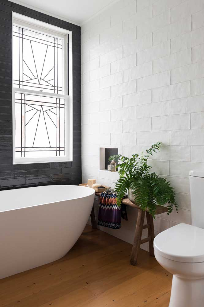 E caso precise, você pode instalar grades na janela do banheiro, como essa aqui da imagem