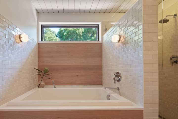 A janela no alto permite tomar banho sem se preocupar com o que tem lá fora