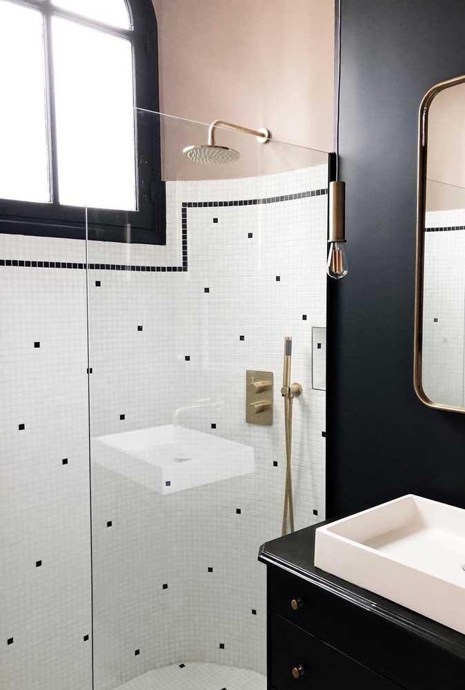 Janela maxi ar de alumínio preto para esse banheiro em preto e branco