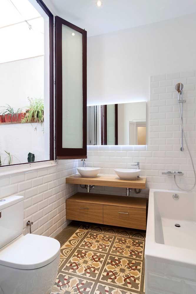 A janela de abrir traz uma super claridade para o banheiro. No momento do banho, basta fechar, já que os vidros são leitosos
