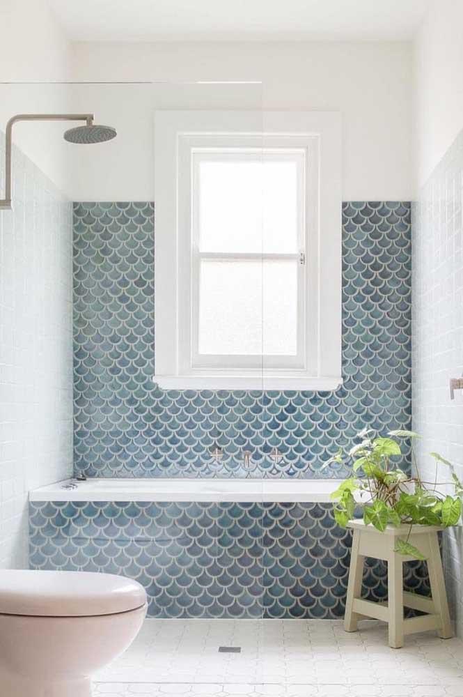 O banheiro com toque retrô investiu no uso de uma janela guilhotina localizada na área do box