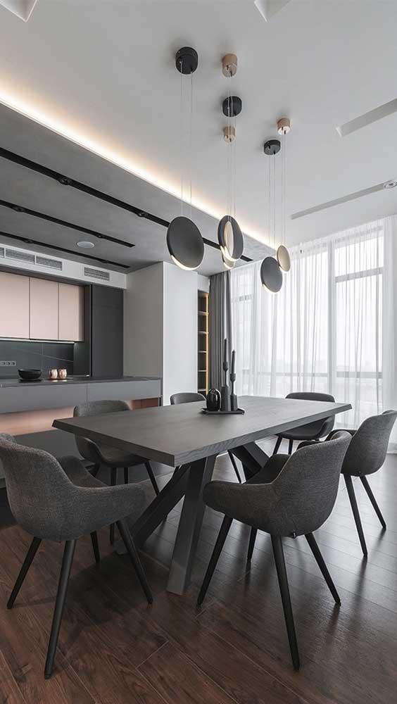 Luminária pendente moderna na altura ideal sobre a mesa de jantar