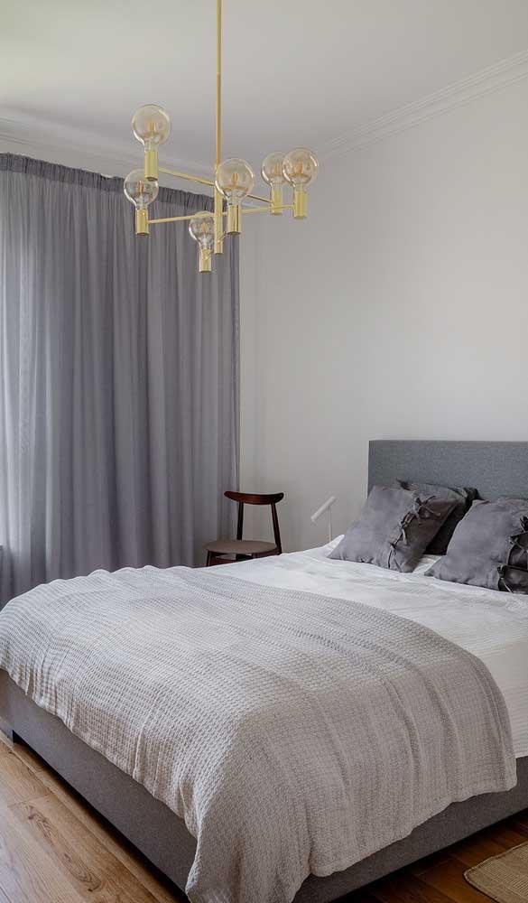 No quarto do casal, a luminária pendente foi instalada sobre a cama