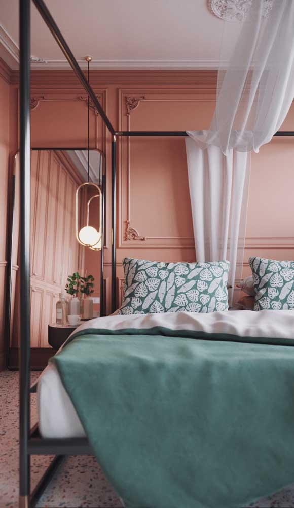 Nesse quarto, a luminária moderna completa a decor de estilos variados