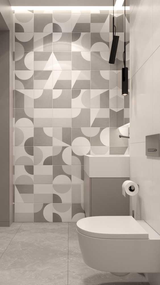 Banheiro moderno e neutro com luminárias pendentes pretas