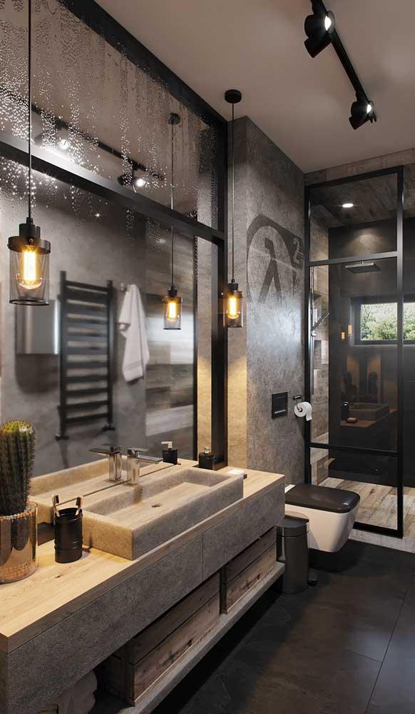 O banheiro moderno e industrial ganhou um climinha super acolhedor com as luminárias pendentes