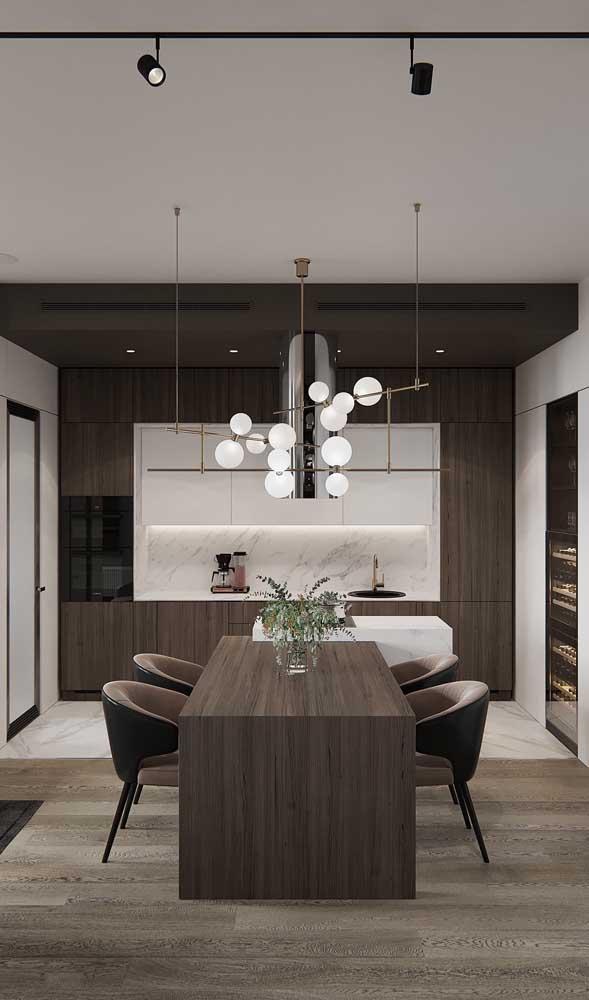 Para quem tem espaço em casa, vale a pena apostar em um modelo de luminária como esse da imagem