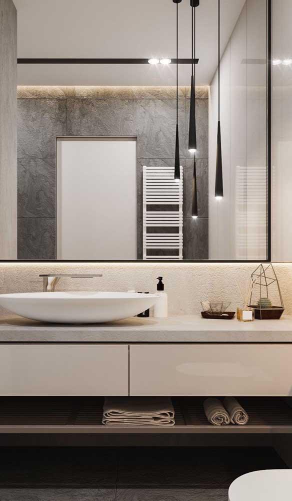 Para o banheiro elegante, um trio de luminárias pendentes sobre a bancada