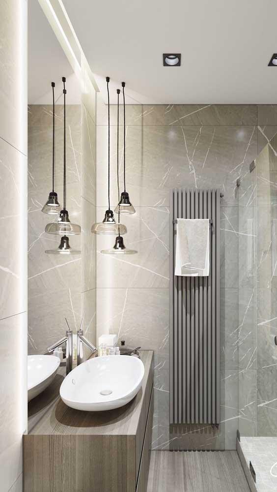 No banheiro, a luminária pendente não pode atrapalhar o uso da pia