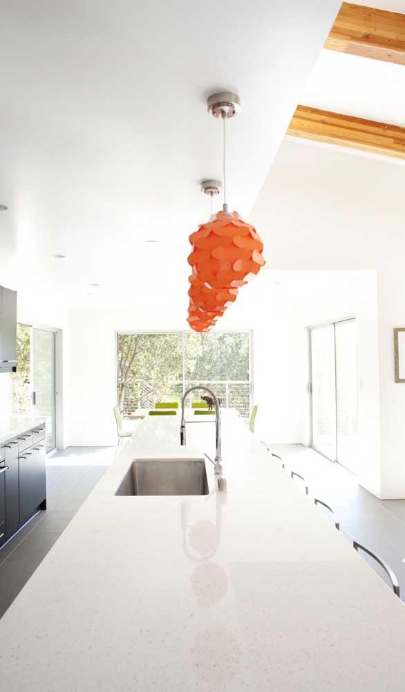 A cozinha branca ganhou vida com as luminárias pendentes laranjas