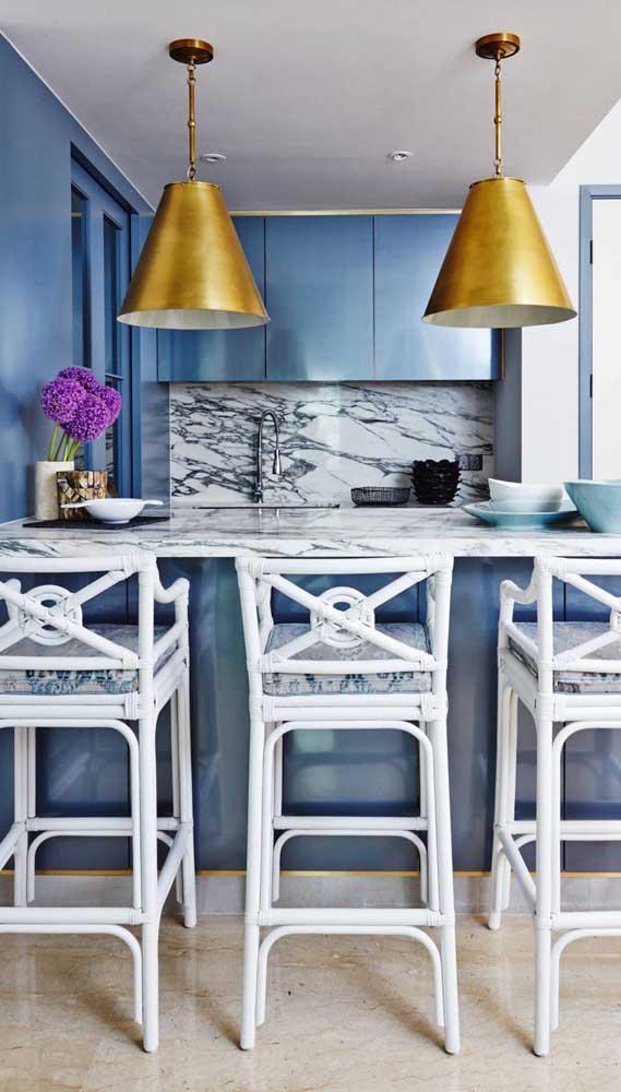 E na cozinha azul nada melhor do uma dupla de luminárias douradas cheias de presença