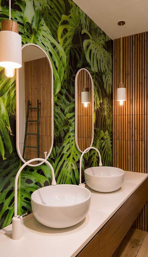 Lavabo de decoração tropical com luminárias pendentes que mesclam o branco com a madeira