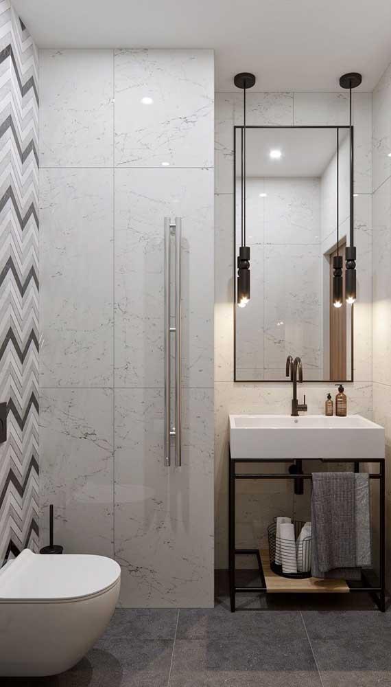 Dupla de luminárias pendentes ao lado do espelho do banheiro trazendo conforto e acolhimento para o ambiente