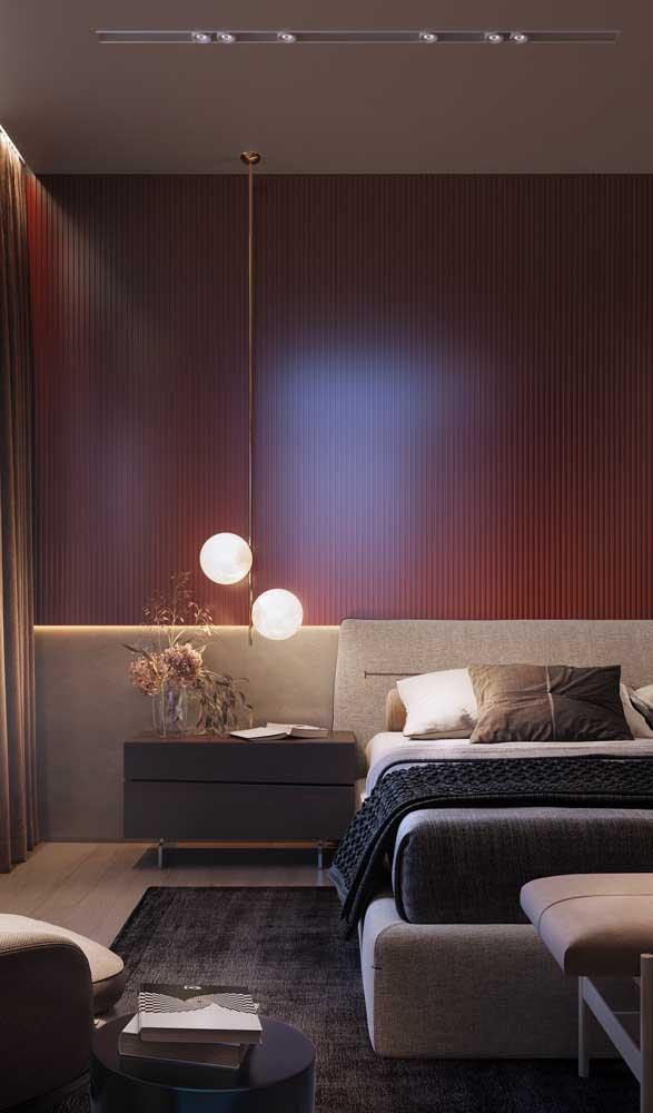 O tom quente da parede foi realçado pela luz que vem das luminárias
