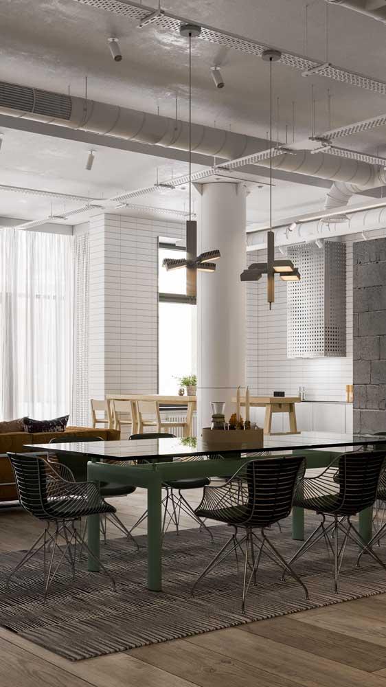 Sala de jantar industrial com luminária pendente dourada