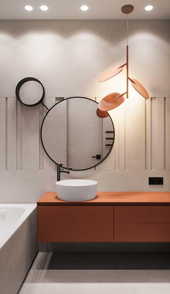 Além de linda e super diferente, essa luminária ainda traz um belo efeito de luz para o banheiro