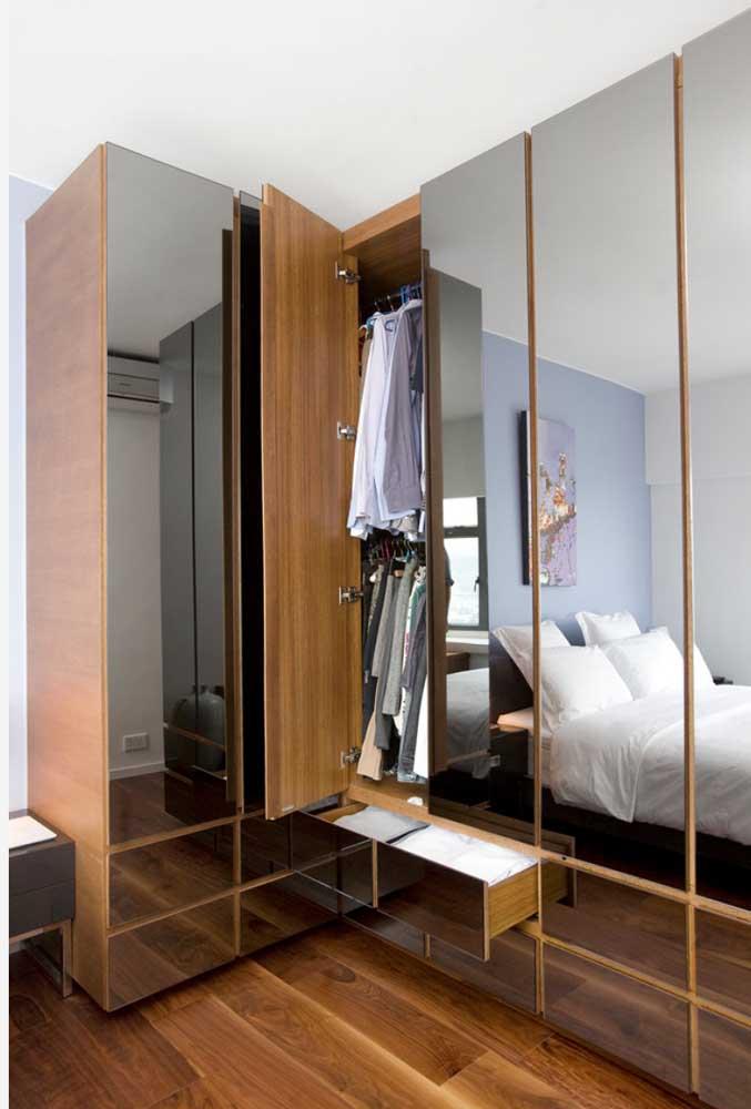 Guarda-roupa com espelho nas portas de abrir: um modelo diferente para você se inspirar