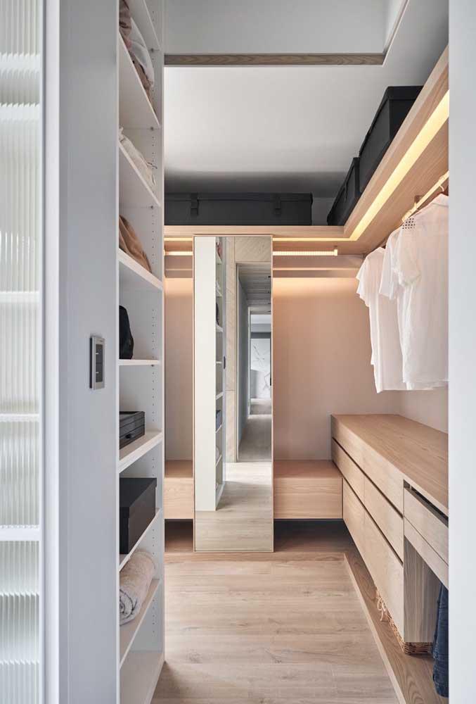 A pequena porta de correr espelhada pode ser movimentada por todo o interior do closet