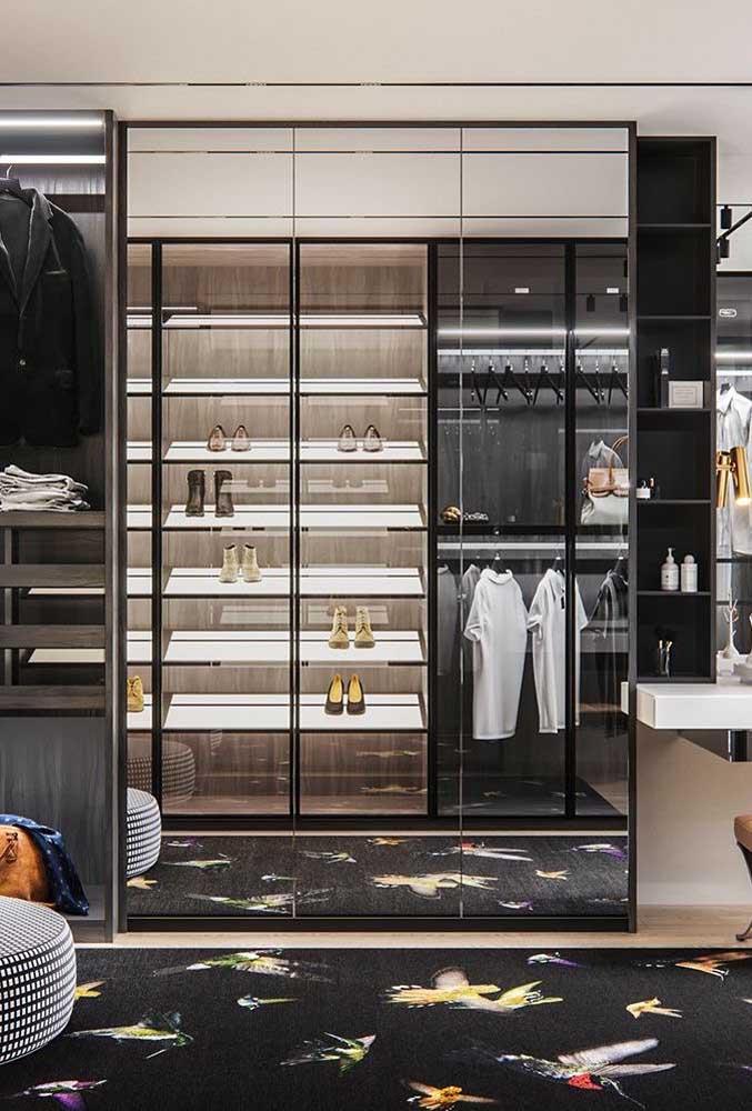 O closet de tons escuros ganhou mais luminosidade com o guarda-roupa espelhado