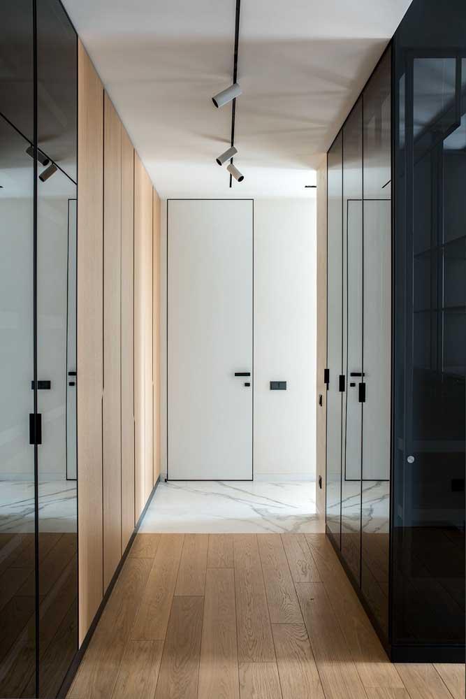 Para criar um efeito mais elegante no seu quarto, invista em um guarda-roupa com espelho escuro