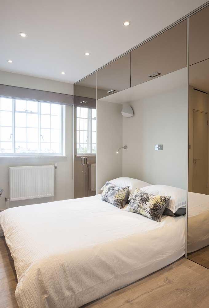 Guarda-roupa de casal com espelho: modelo com cama embutida e espelho bronze