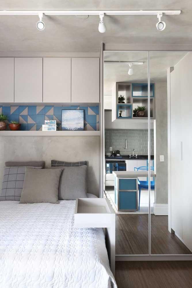 Aqui, por exemplo, o espelho do guarda-roupa revela a cozinha logo a frente