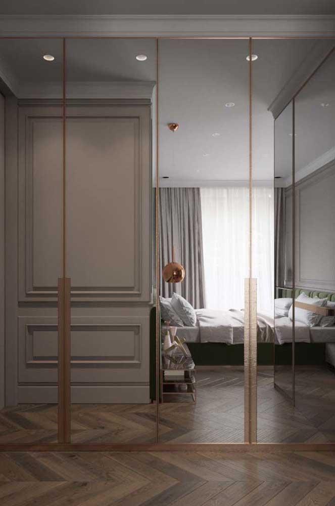 Guarda-roupa com espelho 4 portas refletindo todo o quarto