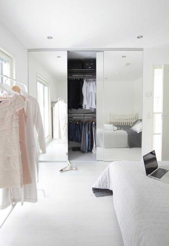Esconda o guarda-roupa no quarto optando por um modelo com espelhos que cubram por completo todas as portas