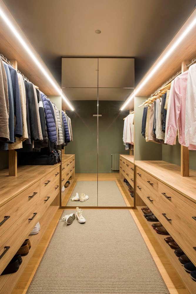 O guarda-roupa com espelho ajuda a trazer profundidade ao closet