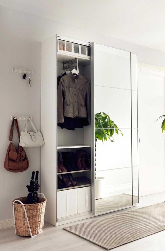 Guarda-roupa pequeno com espelho: perfeito para um quarto bem pequeninho