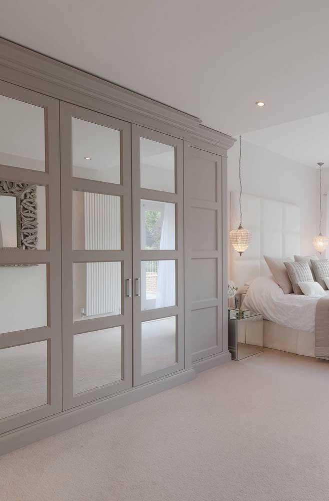 Um modo diferente de apostar no uso de espelhos é usando-os em guarda-roupas de portas quadriculadas