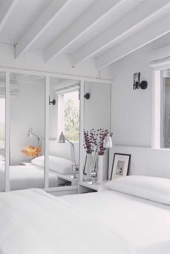 Guarda-roupa branco com espelho e portas de correr: um clássico que vai bem em qualquer tipo de decoração