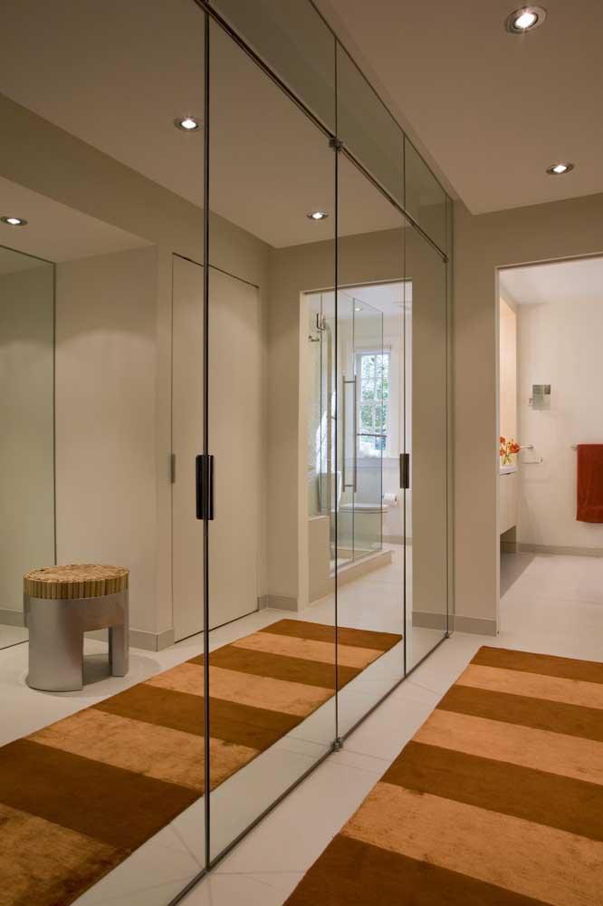 Inspire-se nesse modelo clean e minimalista de guarda-roupa com espelho