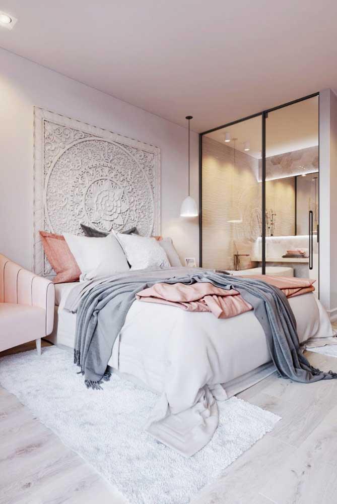 O friso preto desse guarda-roupa com espelho trouxe modernidade ao quarto de estilo romântico