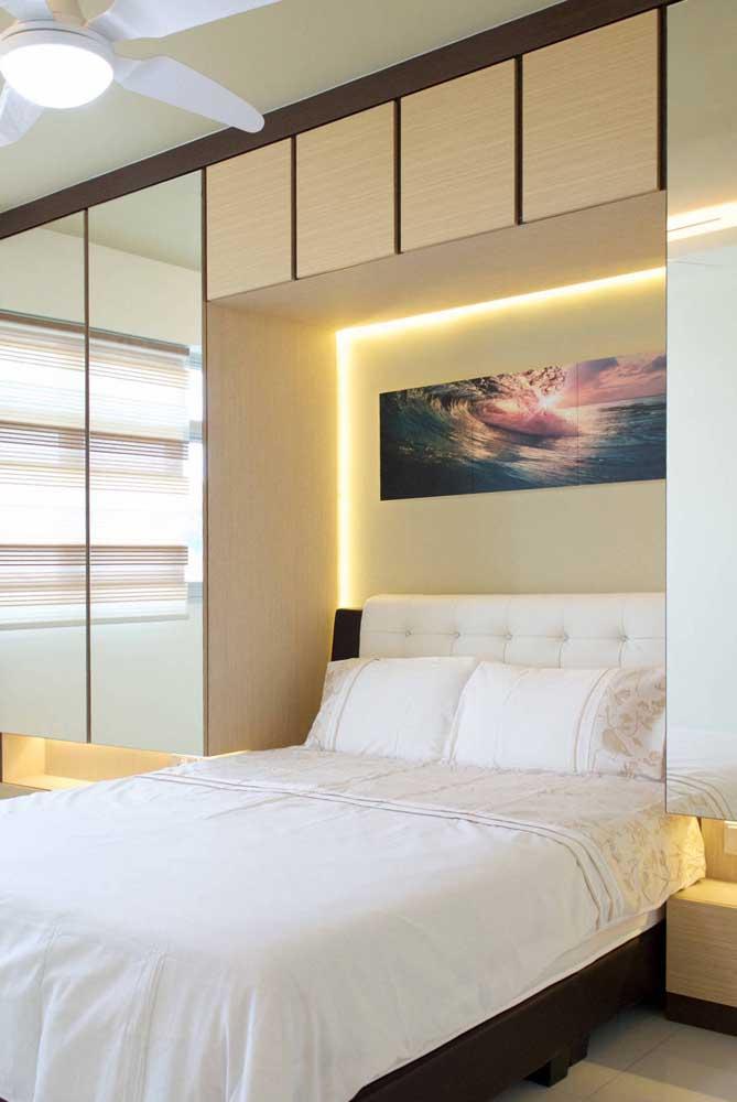 Guarda-roupa de casal com cama embutida e espelho nas portas